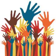 Gruppo di mani alzate